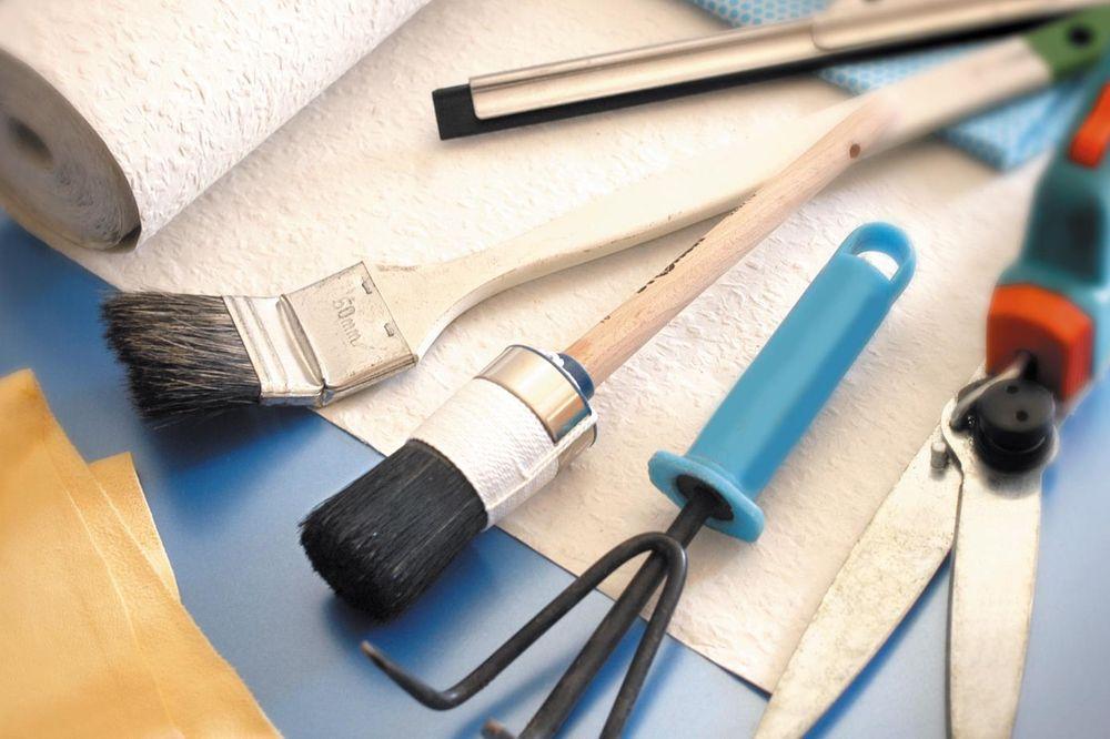 Pinsel, Tapete, Gartenwerkzeug auf einem Tisch