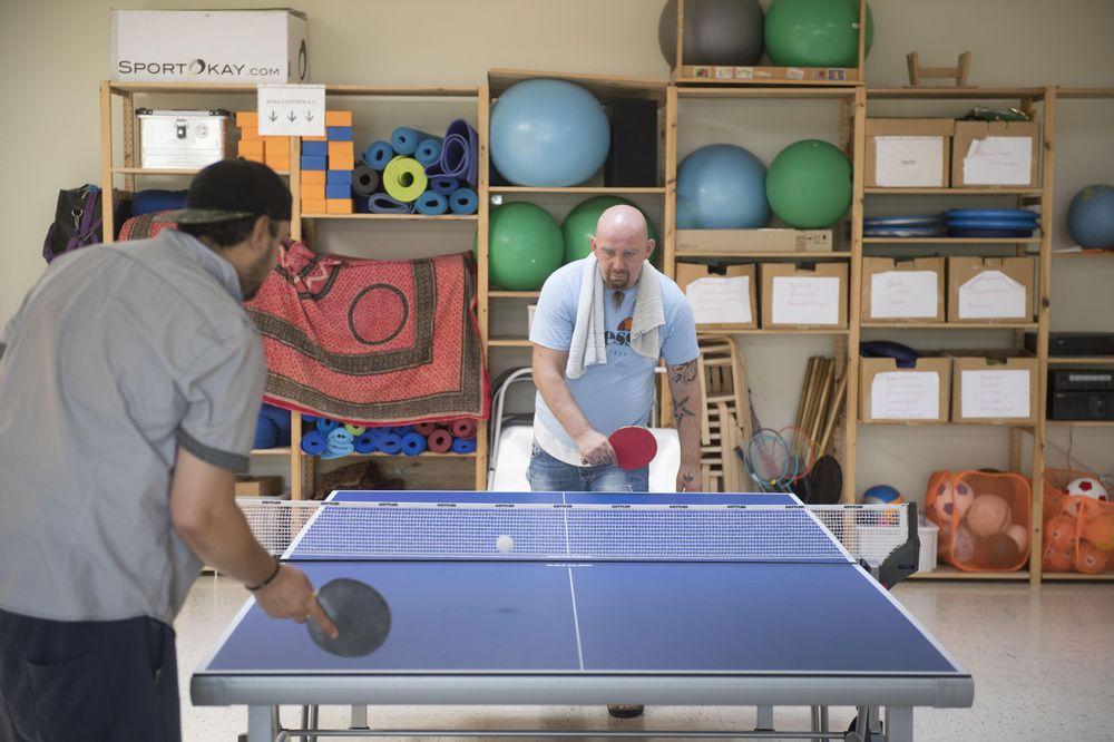 Zwei Männer spielen Tischtennis