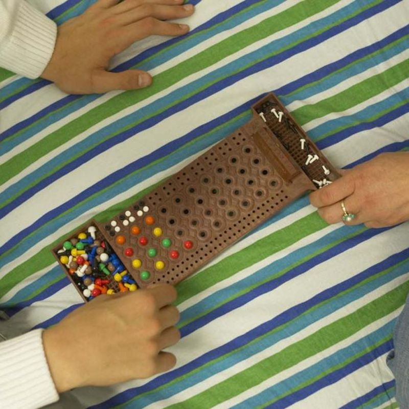 Zwei Kinder spielen ein Steck-Spiel.