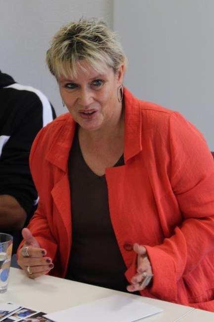 Bundestagsabgeordnete der SPD, Gabriela Heinrich im roten Jackett.