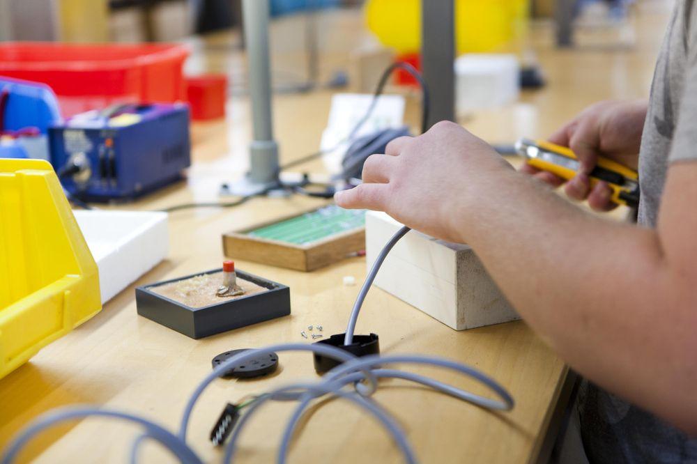 Arbeiten an einem Kabel und einer Box