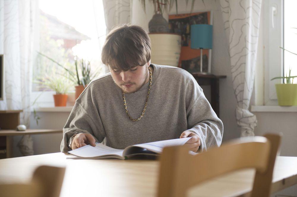Ein junger Mann, der eine Zeitschrift liest