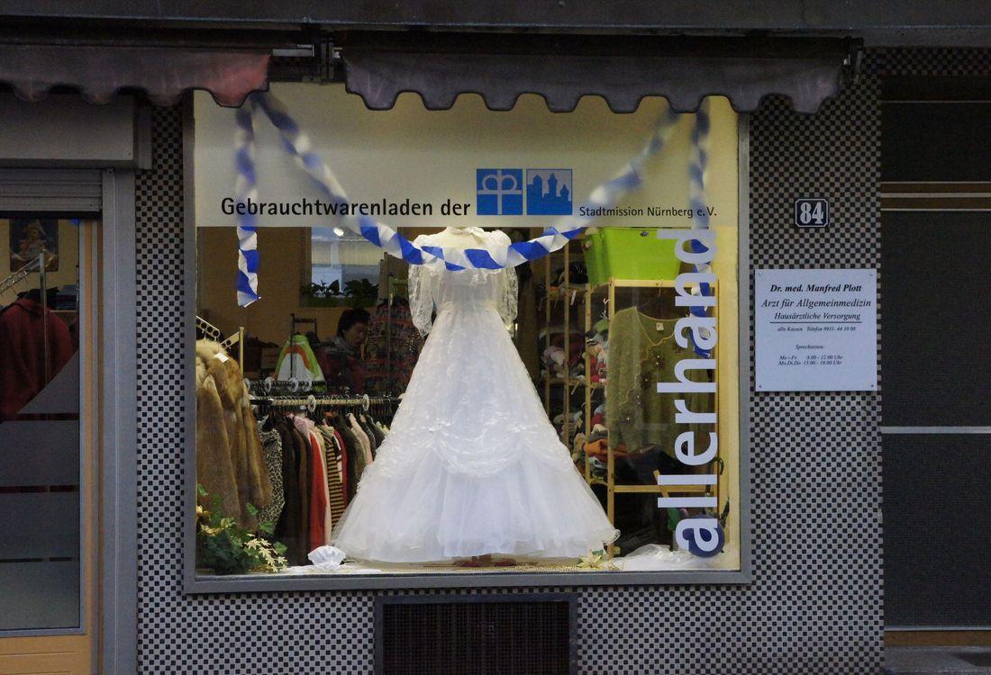Das allerhand-Geschäft in der Wiesenstraße. Im Schaufenster ist ein Brautkleid.