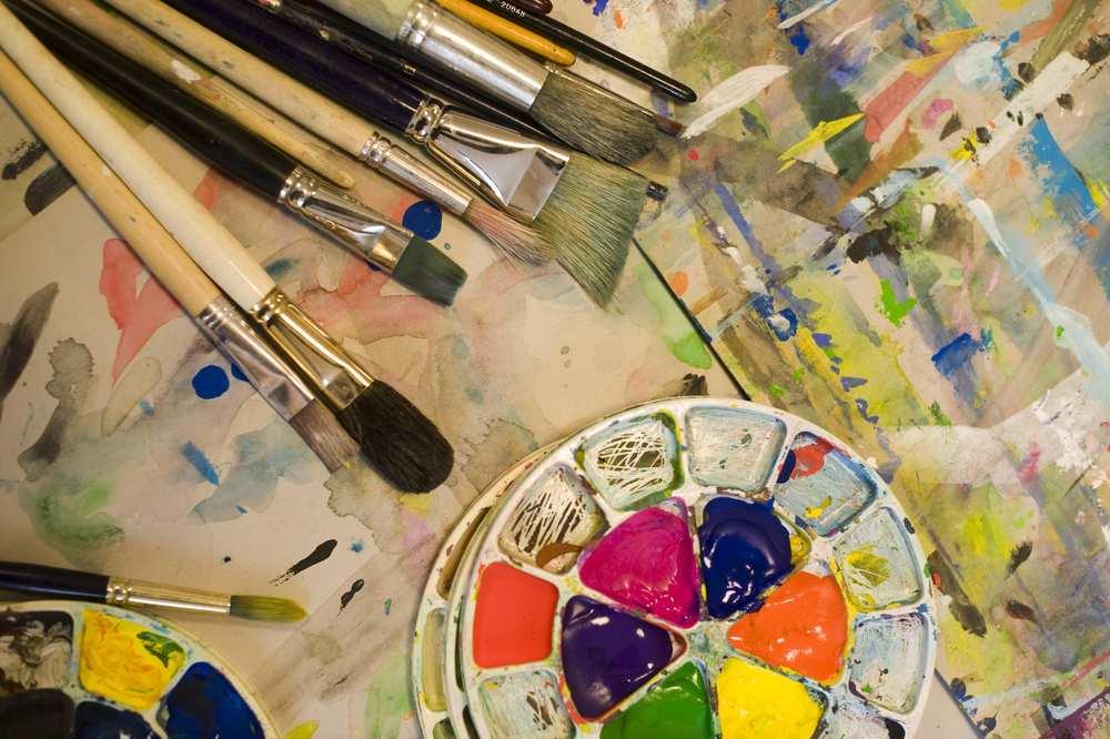 Viele Pinsel und Farbe