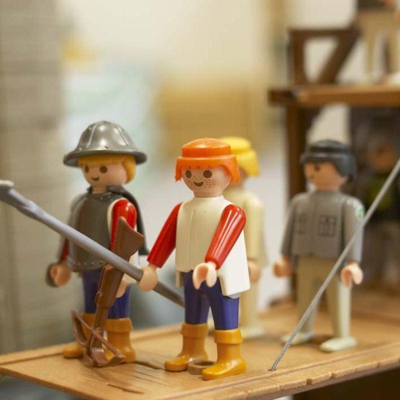 Vier ritterliche Playmobil-Figuren mit Speer und Helm