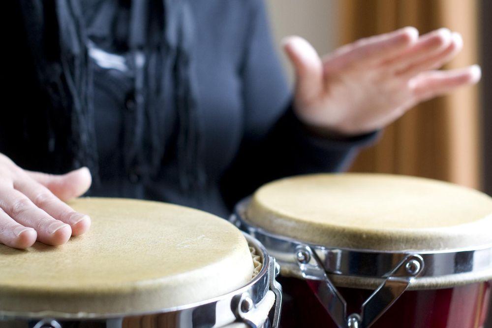Ein Mann der Trommel spielt