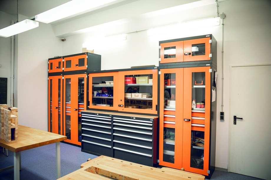 Blick in die Werkstatt: Große Werkbänke und ein riesiger Werkzeugschrank füllen den Raum.