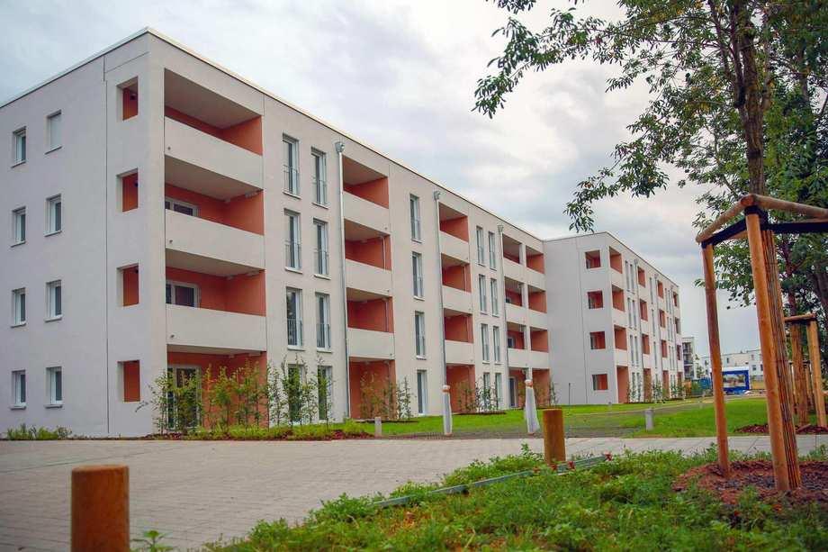Neue Fassade des neuen Wohnhauses mit 40 modernen Ein-, Zwei- und Dreizimmer-Appartements mit Balkonen in der Nürnberger Züricher Straße