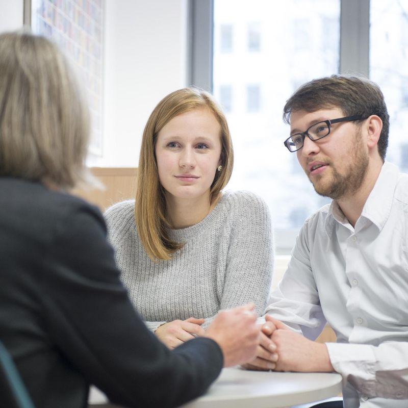 Ein Paar lässt sich von einer weiteren Frau beraten.