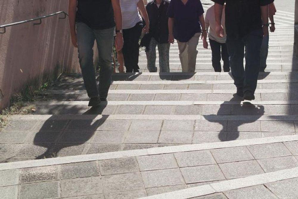 Gruppe von Leuten die Treppen hoch laufen