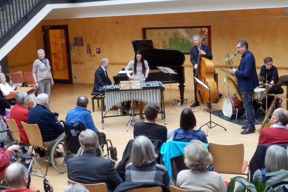 Konzert im Foyer des Pflegezentrums für die Bewohner*innen