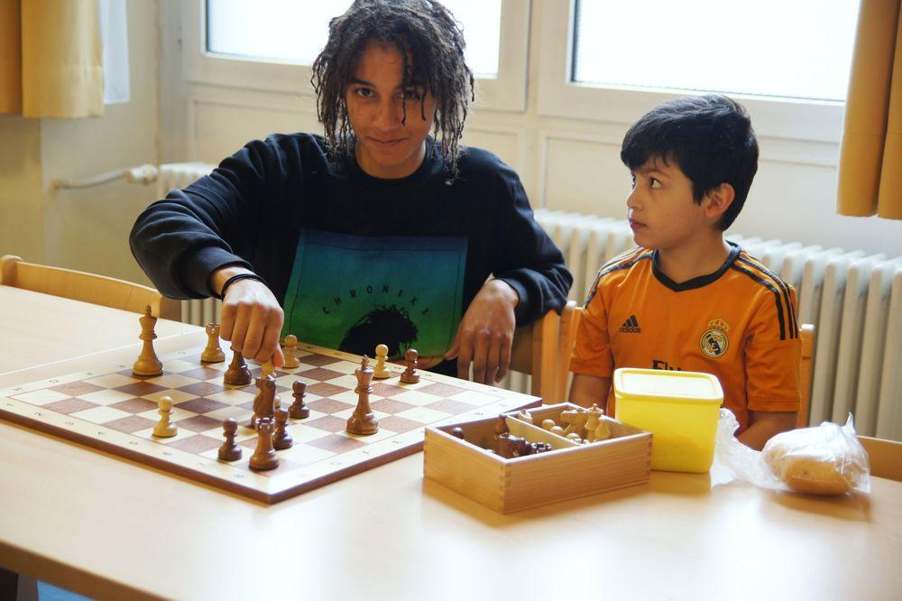 Zwei Jungen spielen gemeinsam Schach.