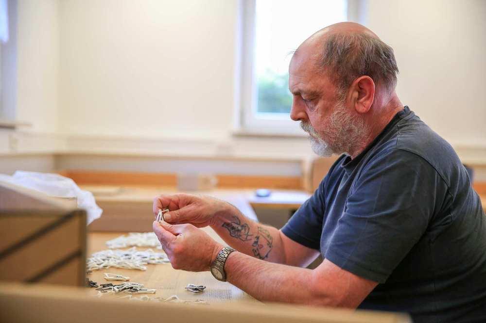 Ein Bewohner erledigt Arbeiten in der hauseigenen Werkstatt