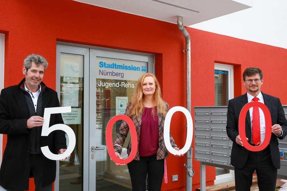 Thomas Mathy und Rüdiger Scheel, Manager bei Murata Electronics bei der Spendenübergabe mit Anita Krivec, Einrichtungsleiterin der Nürnberger Jugend-Reha