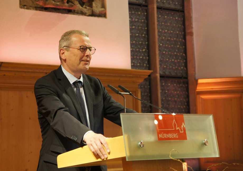 Ulrich Maly steht hinter einem Rednerpult.