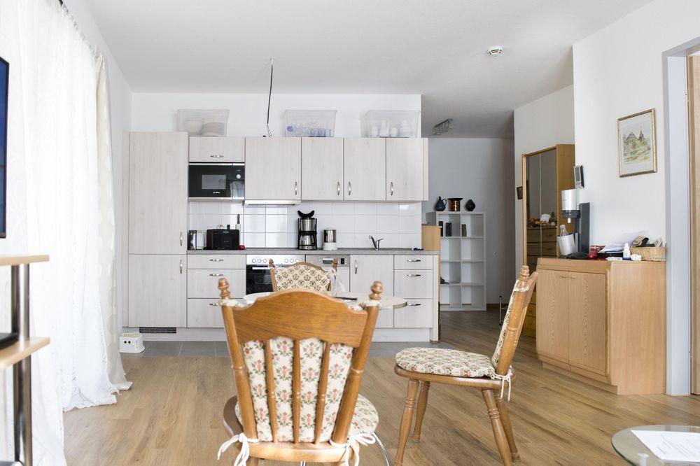 Einsicht in einen Wohnraum (Esstisch und Küchenzeile) des Betreuten Wohnens im Karl-Heller-Stift