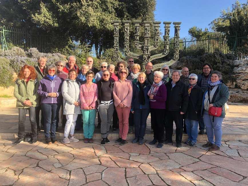 Ein Gruppenbild mit etwa 20 Frauen und Männern