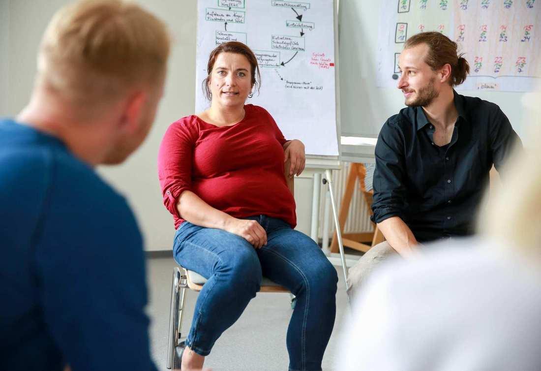 Blick in einen Stuhlkreis mit Menschen: Susanne Scharch sitzt neben Felix Ter-Nedden.