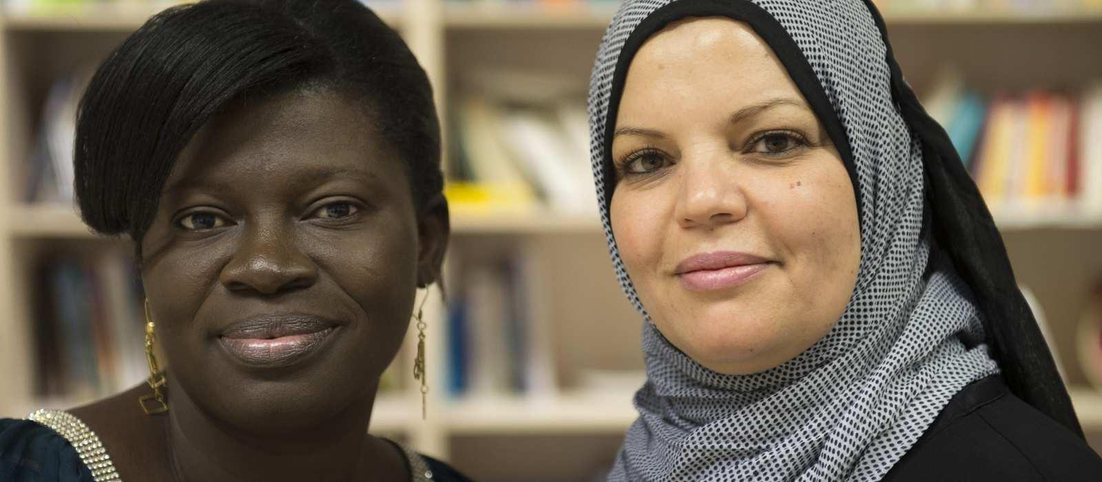 Portrait von zwei Frauen mit multikulturellem Hintergrund.