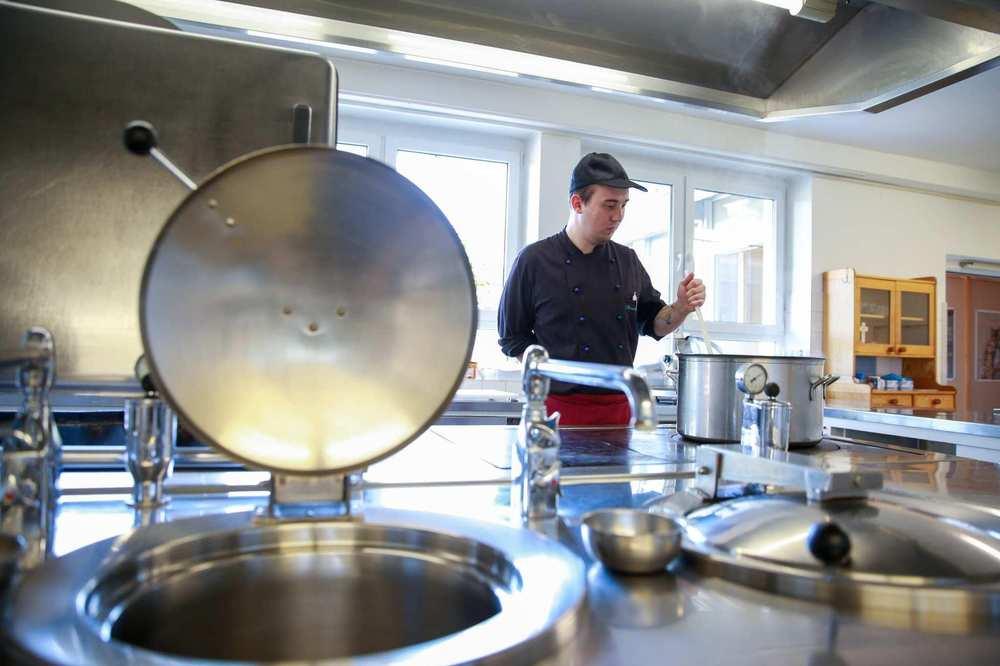 In der hauseigenen Küche bereitet der Koch das Mittagessen für die Bewohner*innern zu