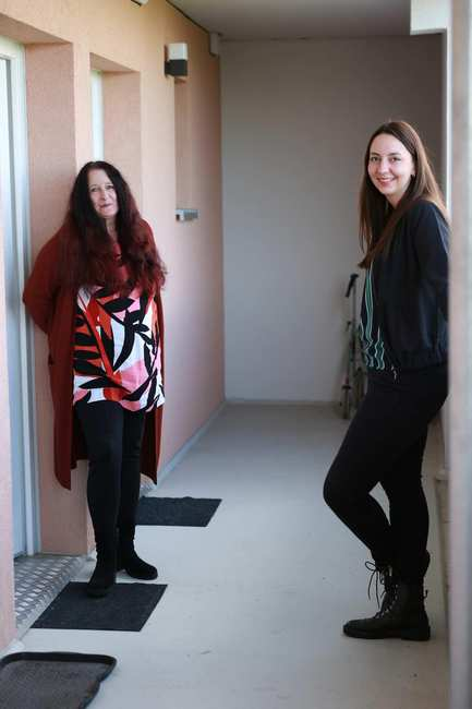 Vor einer Wohnungstür in einem Hausflur stehen sich zwei Frauen gegenüber. Vroni Roggenbeck und Ksenia Rott.