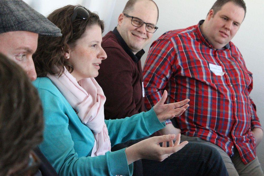 Fünf Personen sitzen nebeneinander und die Frau in der Mitte erklärt etwas.