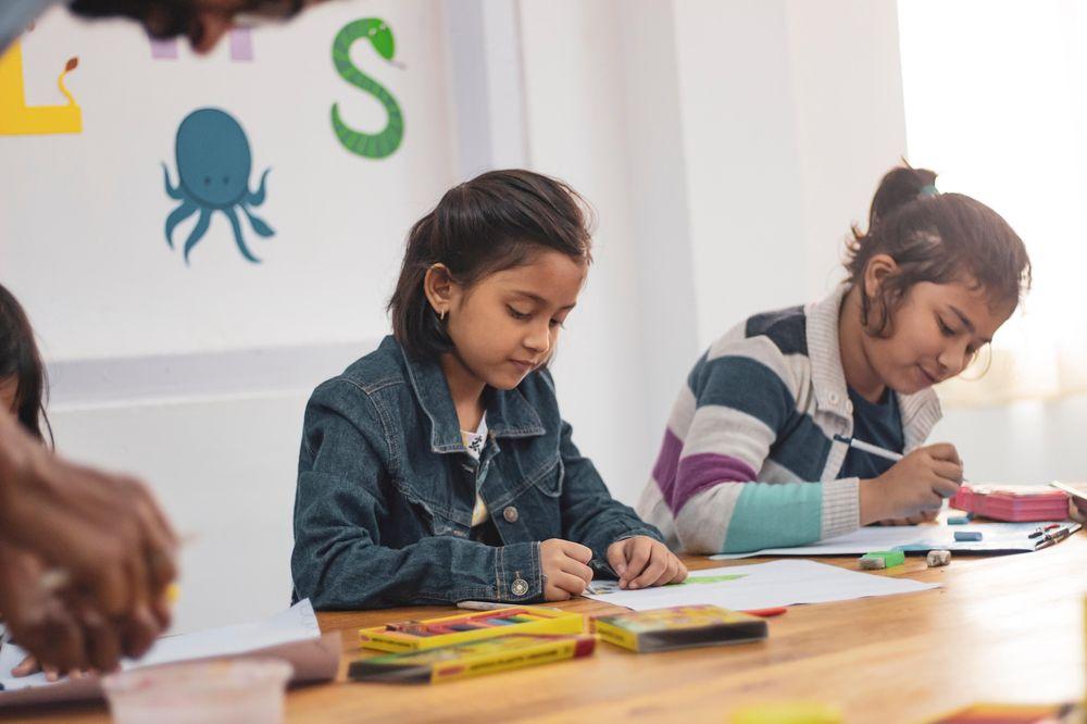 Zwei Mädchen die etwas malen