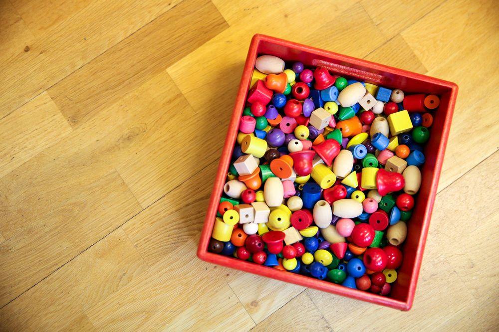 Eine Kiste voll mit großen runden Holzperlen