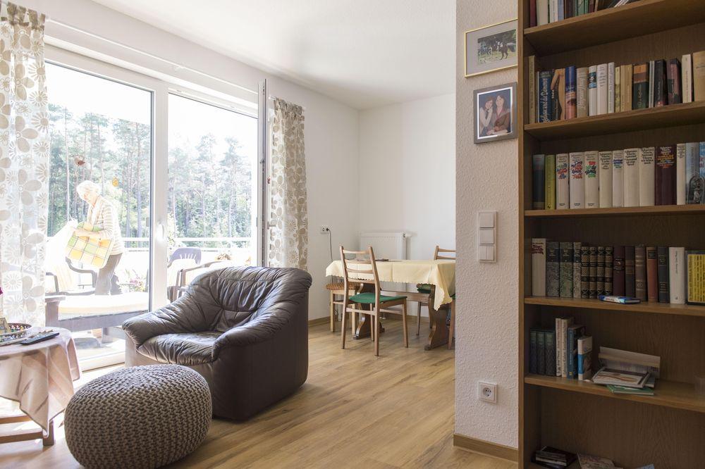 Einblick in einen Wohnraum (Sessel und Regale) des Betreuten Wohnens in Röthenbach