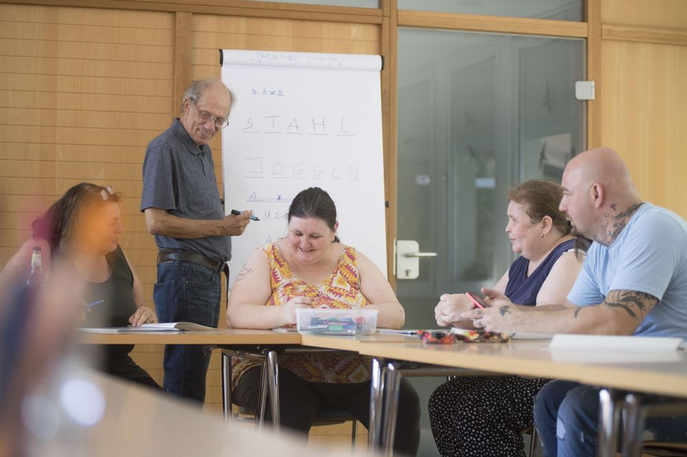 Die Bewohner*innen des Maria-Augsten-Hauses spielen gemeinsam und trainieren gleichzeitig ihr Gedächtnis.